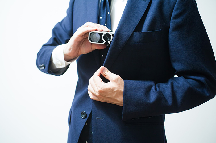 双眼鏡を持つ男性