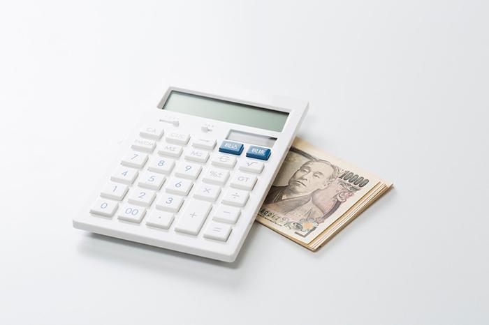電卓と紙幣