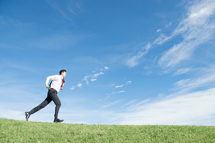 丘を走る男性