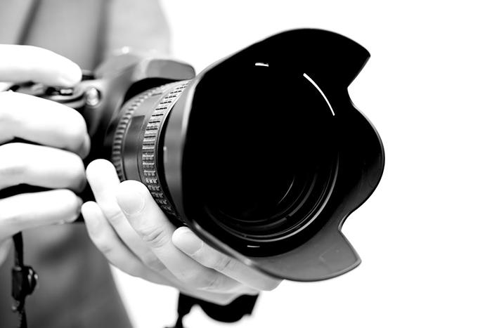 望遠レンズを装着したカメラ